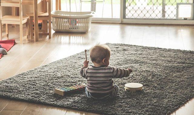 Kinder spielen Instrument